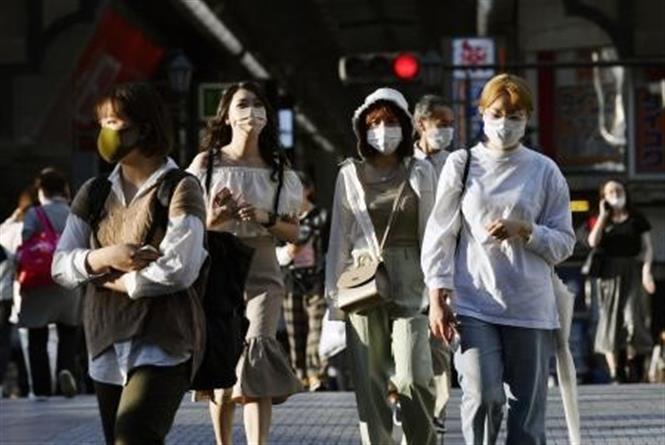 Người dân đeo khẩu trang phòng dịch COVID-19 tại Osaka, Nhật Bản ngày 9-9-2021. Ảnh: Kyodo/TTXVN