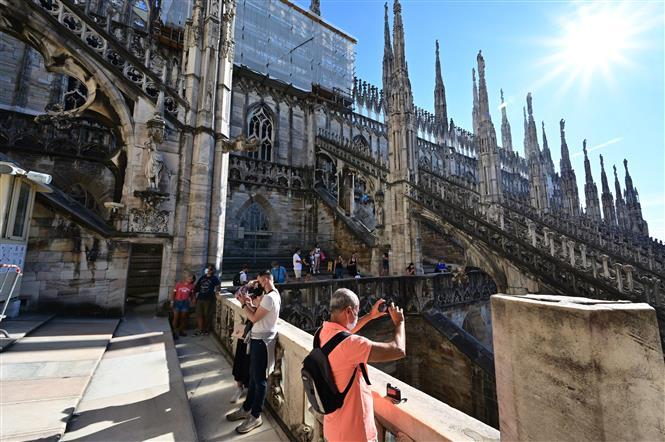 Khách du lịch tham quan Nhà Thờ Chính Tòa Milano ở Milan, Italy, ngày 5-8-2021. Ảnh: AFP/TTXVN