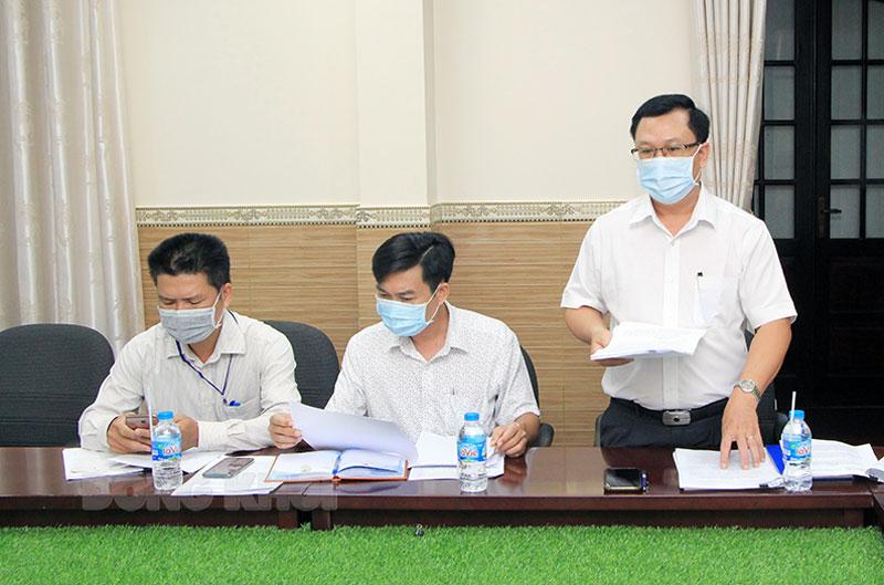 Phó giám đốc Sở Kế hoạch và Đầu tư Lê Văn Nhiên báo cáo tại cuộc họp.