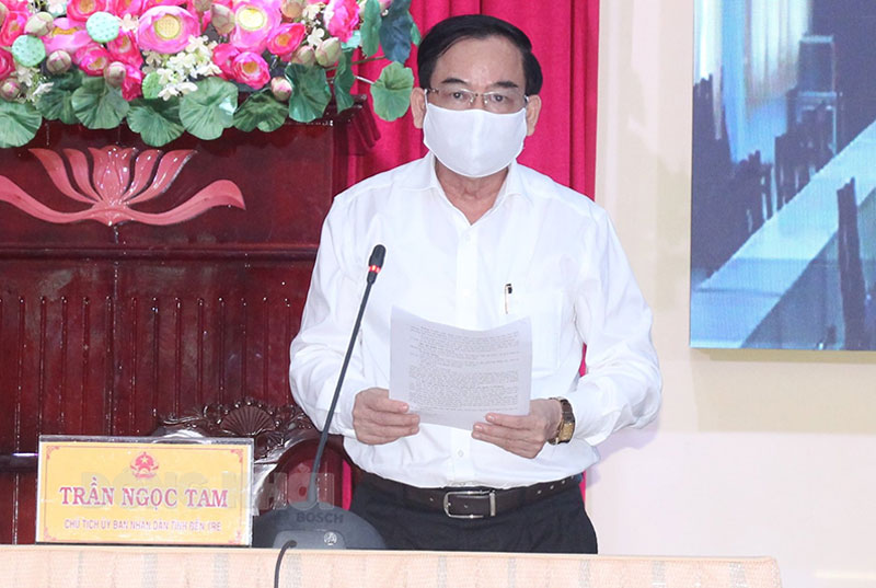 Chủ tịch UBND tỉnh Trần Ngọc Tam phát biểu tại cuộc họp.