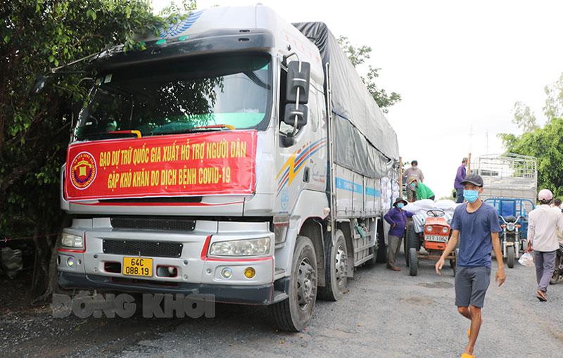 Gạo dự trữ quốc gia hỗ trợ người dân nghèo tại huyện Ba Tri.