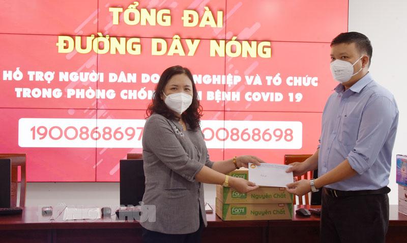 Phó bí thư Thường trực Tỉnh ủy - Chủ tịch HĐND tỉnh Hồ Thị Hoàng Yến thăm hỏi, động viên các chuyên viên tại Trung tâm CNTT&TT.