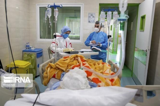 Điều trị cho bệnh nhân nhiễm COVID-19 tại Tehran, Iran. Ảnh: IRNA/TTXVN
