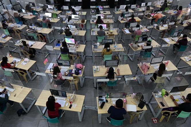 Giáo viên hướng dẫn học sinh học trực tuyến tại Taguig, Philippines, ngày 3-3-2021. Ảnh: AFP- TTXVN