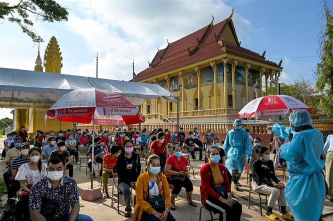 Người dân xếp hàng chờ tiêm vaccine ngừa COVID-19 tại Phnom Penh, Campuchia. Ảnh: AFP/TTXVN