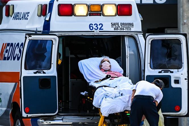 Chuyển bệnh nhân nhiễm COVID-19 tới bệnh viện ở Coral Gables gần Miami, Mỹ. Ảnh: AFP/TTXVN