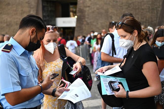 Kiểm tra thẻ xanh COVID-19 trước khi vào tham quan Bảo tàng Vatican ở Vatican, ngày 6-8-2021. Ảnh: AFP/TTXVN