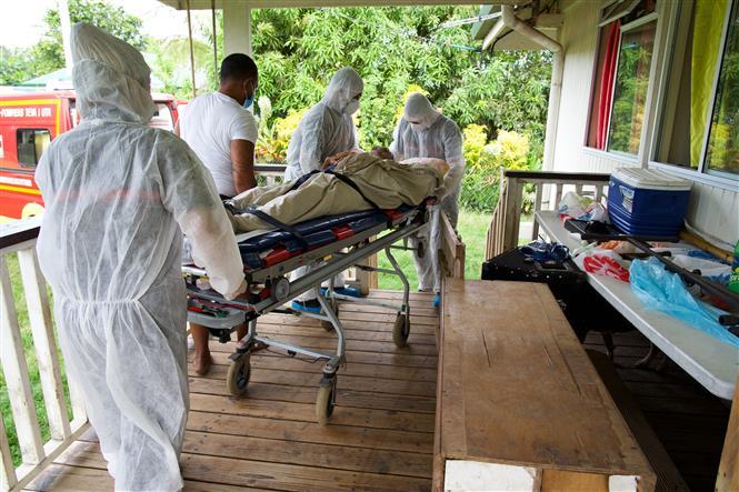 Chuyển bệnh nhân nhiễm COVID-19 tới bệnh viện ở Pirae, Pháp, ngày 8-9-2021. Ảnh: AFP/TTXVN