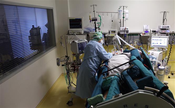 Điều trị cho bệnh nhân nhiễm COVID-19 tại bệnh viện ở Magdeburg, Đức. Ảnh: AFP/TTXVN