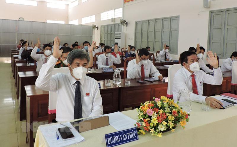 Đại biểu biểu quyết thông qua Nghị quyết tại kỳ họp.
