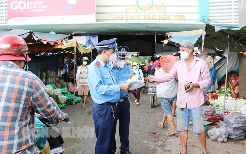 Thanh tra Sở Giao thông vận tải kiểm tra các giấy tờ của tài xế tại bến đỗ hàng hóa Phường 8 (TP. Bến Tre).