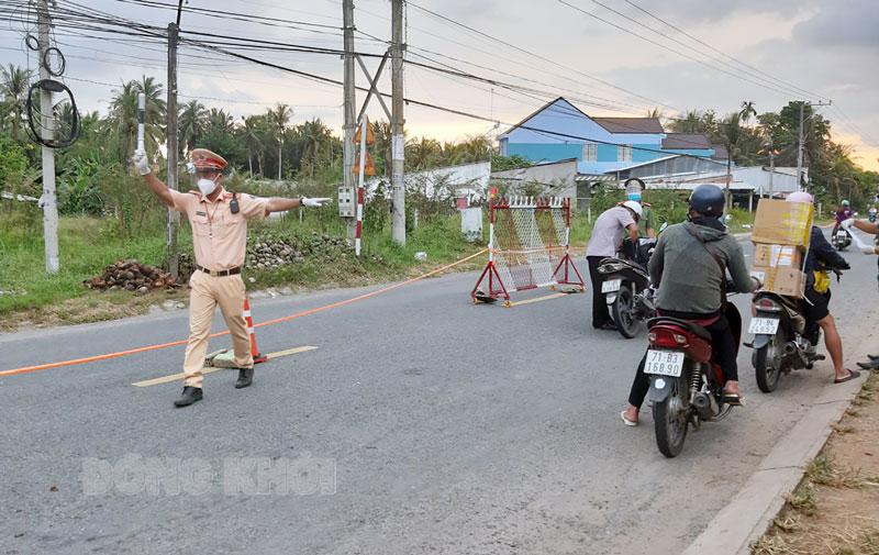 Cảnh sát giao thông, Công an huyện Mỏ Cày Bắc điều tiết giao thông tại chốt kiểm dịch.
