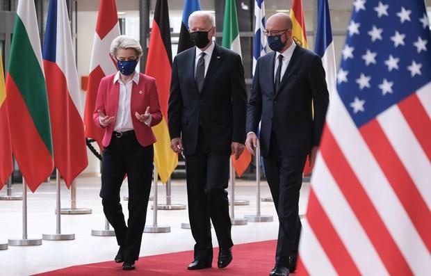 Chủ tịch Ủy ban châu Âu Ursula von der Leyen (trái), Tổng thống Mỹ Joe Biden (giữa) và Chủ tịch Hội đồng châu Âu Charles Michel (phải) tại cuộc gặp ở Brussels, Bỉ ngày 15-6-2021. Ảnh: THX/TTXVN