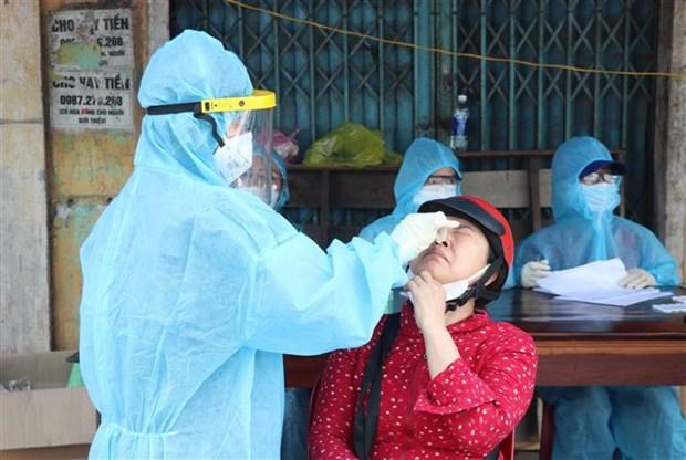 Lấy mẫu xét nghiệm SARS-CoV-2 cho tiểu thương chợ phường 5, thành phố Đông Hà, tỉnh Quảng Trị. Ảnh: Nguyên Lý/TTXVN