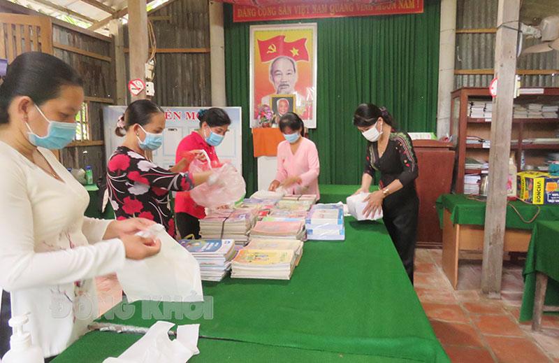 Phụ nữ xã Ngãi Đăng chuẩn bị tập, sách để trao tặng học sinh có hoàn cảnh khó khăn tại địa phương.