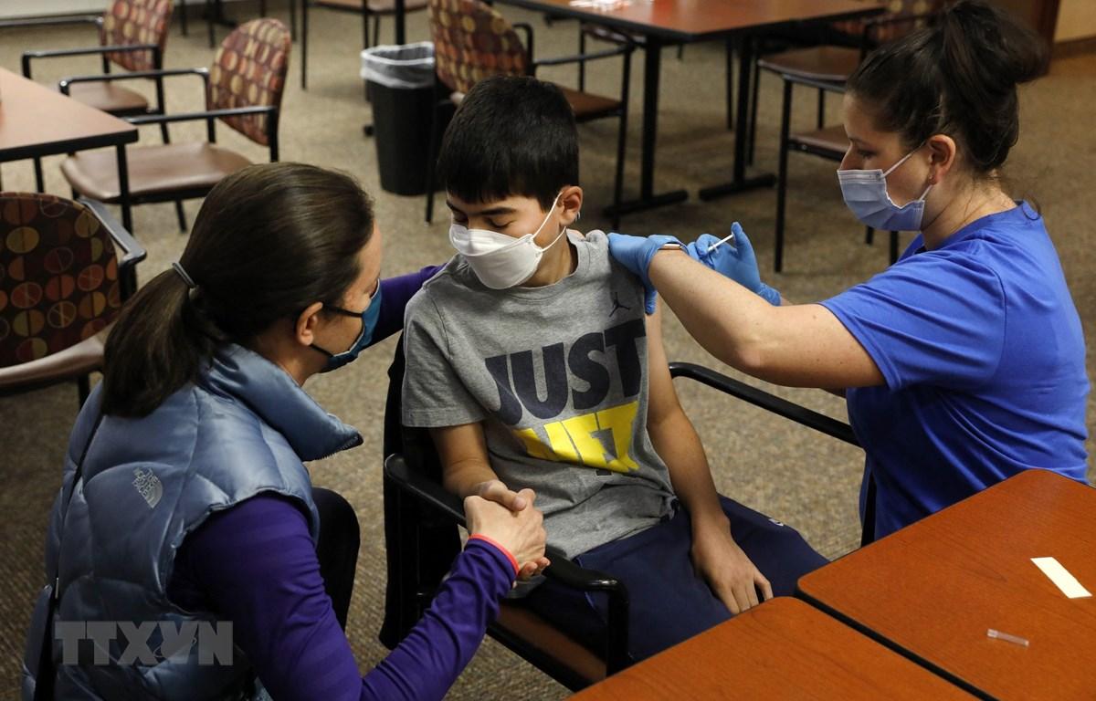 Tiêm vaccine ngừa COVID-19 cho một em nhỏ tại Bloomfield Hills, bang Michigan, Mỹ ngày 13-5-2021. Ảnh: AFP/TTXVN
