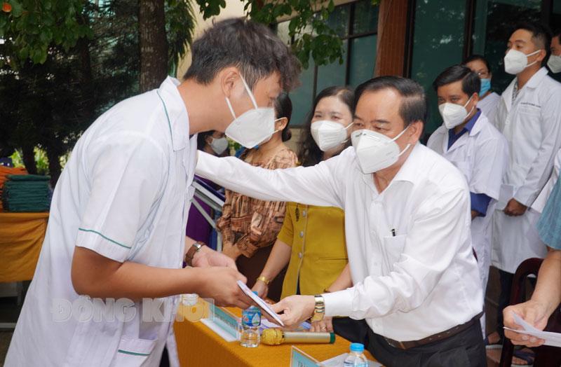 Chủ tịch UBND tỉnh Trần Ngọc Tam tặng quà động viên tinh thần các y, bác sĩ.
