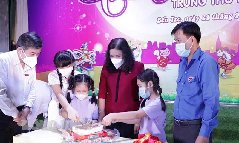 Phó bí thư Thường trực Tỉnh ủy - Chủ tịch HĐND tỉnh Hồ Thị Hoàng Yến cùng phá cỗ Trung thu với thiếu nhi tại buổi ghi hình.