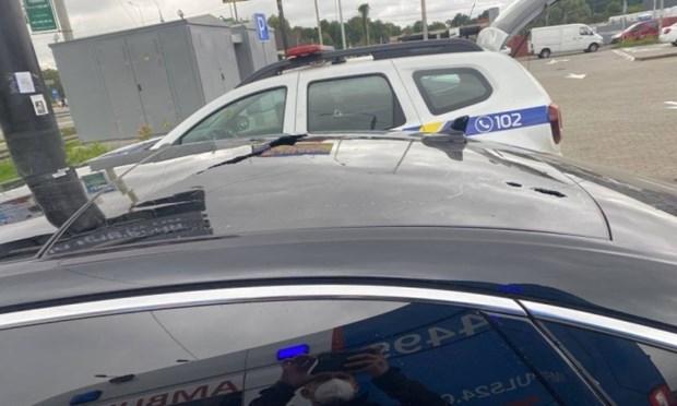 Vết đạn trên nóc xe chở ông Sergei Shefir sau vụ tấn công ở ngoại ô Kiev. Nguồn: Ukrinform