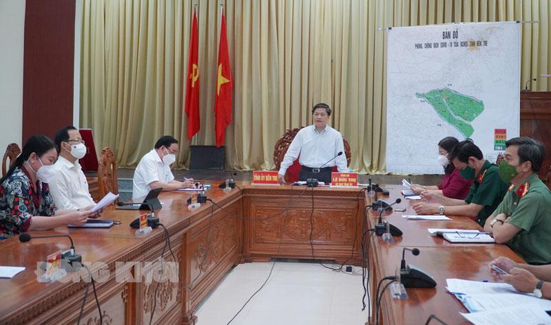 Ủy viên Trung ương Đảng - Bí thư Tỉnh ủy Lê Đức Thọ báo cáo tình hình dịch bệnh trên địa bàn tỉnh.