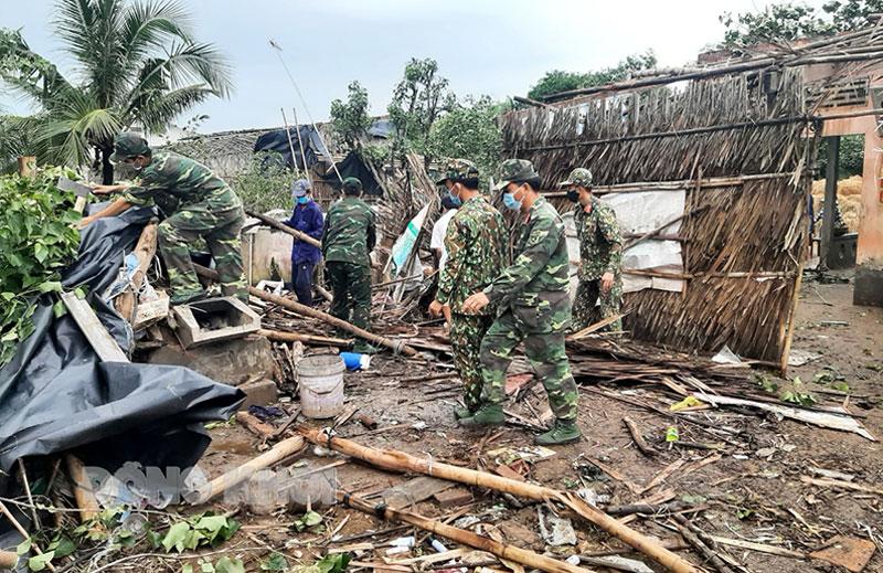 Lực lượng dân quân huyện Chợ Lách giúp người dân sửa chữa nhà bị sập do lốc xoáy.