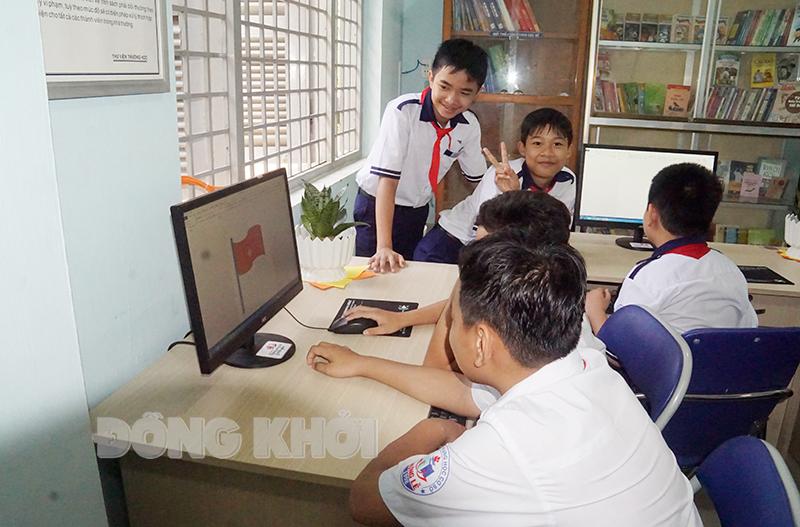 Các em học sinh một trường tiểu học tại Giồng Trôm làm quen máy tính. (Ảnh chụp trước khi dịch Covid-19 bùng phát).