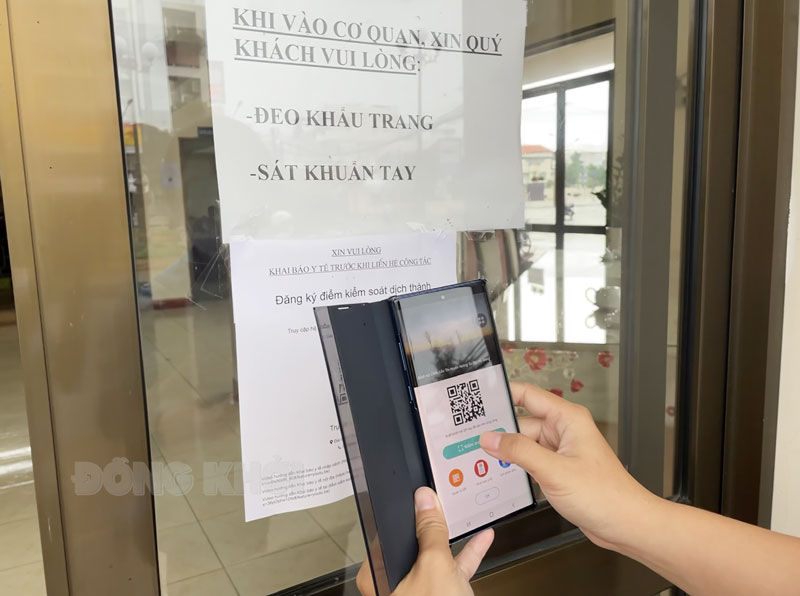 Quét mã QR trước khi vào trụ sở cơ quan, đơn vị. Ảnh: Thanh Đồng