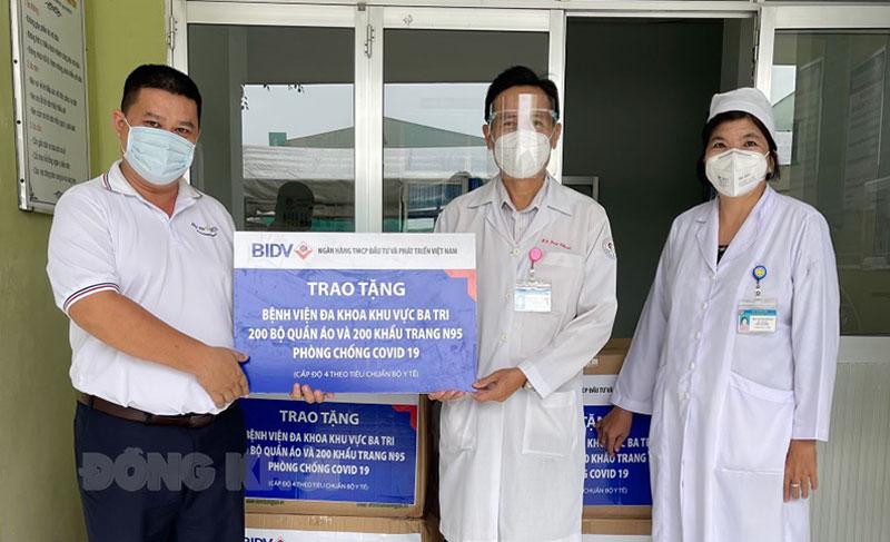 Giám đốc Bệnh viện đa khoa khu vực Ba Tri Phạm Trúc Thanh tiếp nhận quà hỗ trợ.
