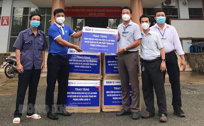 Giám đốc Bệnh viện Đa Khoa khu vực Cù Lao Minh Ngô Văn Tuôi tiếp nhận quà hỗ trợ.