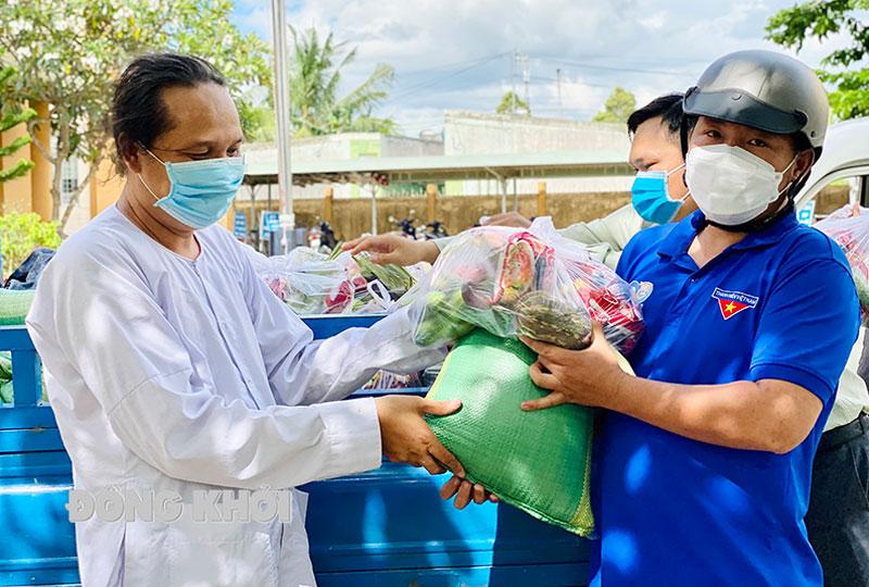 Đại diện Hội thánh Cao đài Ban chỉnh đạo trao quà cho lực lượng phòng chống dịch, người nghèo tại Bến Tre.