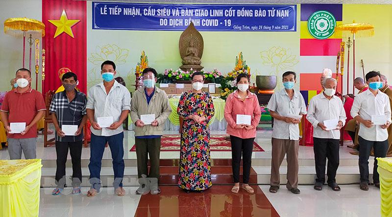 Bí thư Huyện ủy Nguyễn Trúc Hạnh trao quà cho các gia đình.