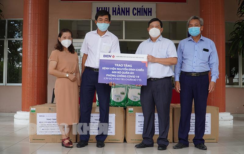 Giám đốc Bệnh viện Nguyễn Đình Chiểu tiếp nhận quà hỗ trợ.