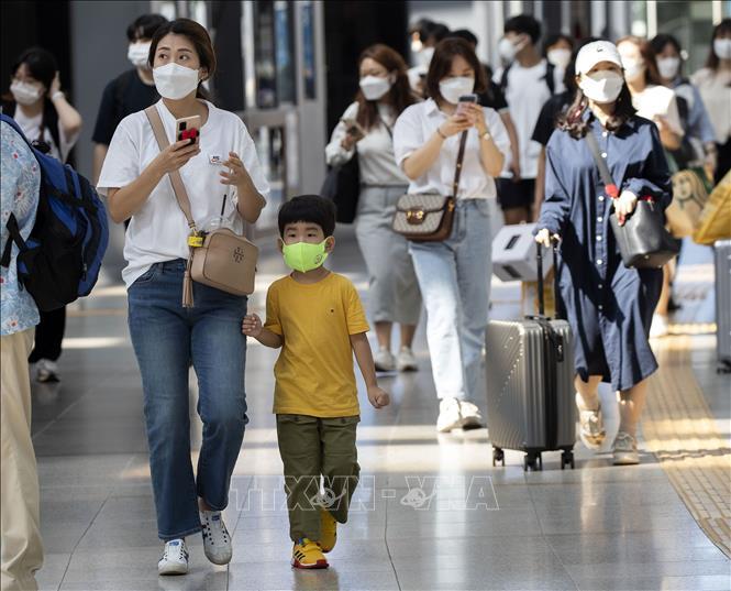 Người dân đeo khẩu trang phòng dịch COVID-19 tại nhà ga Seoul, Hàn Quốc ngày 18-9-2021. Ảnh: THX/TTXVN