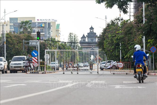 Một tuyến phố bị phong tỏa phòng dịch COVID-19 tại Viêng Chăn, Lào, ngày 21-9-2021. Ảnh: THX/TTXVN