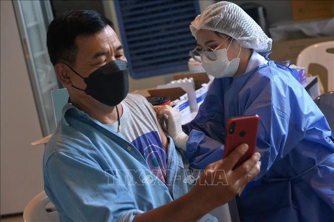 Nhân viên y tế tiêm vaccine ngừa COVID-19 cho người dân tại Bangkok, Thái Lan, ngày 23-9-2021. Ảnh: THX/TTXVN