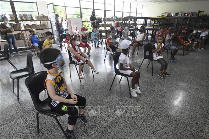 Học sinh được theo dõi sau khi tiêm vaccine phòng COVID-19 tại trường học ở La Habana, Cuba, ngày 16-9-2021. Ảnh: THX/TTXVN