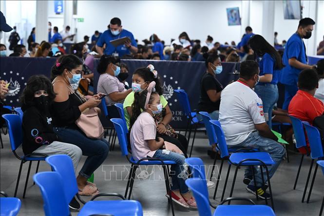 Trẻ em trong độ tuổi từ 6-11 chờ được tiêm vaccine ngừa COVID-19 tại San Salvador, El Salvador ngày 22-9-2021. Ảnh: AFP/TTXVN
