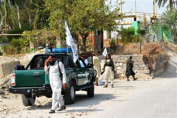 Lực lượng Taliban điều tra tại hiện trường vụ nổ bom xe ở thành phố Jalalabad, tỉnh Nangarhar, miền Đông Afghanistan ngày 18-9-2021. (Ảnh: AFP/TTXVN)