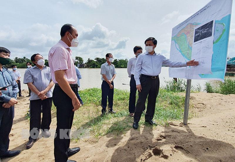 Bí thư Tỉnh ủy Lê Đức Thọ khảo sát công trình ngăn mặn, trữ ngọt hệ thống thủy lợi Bắc Bến Tre. Ảnh: Thanh Đồng