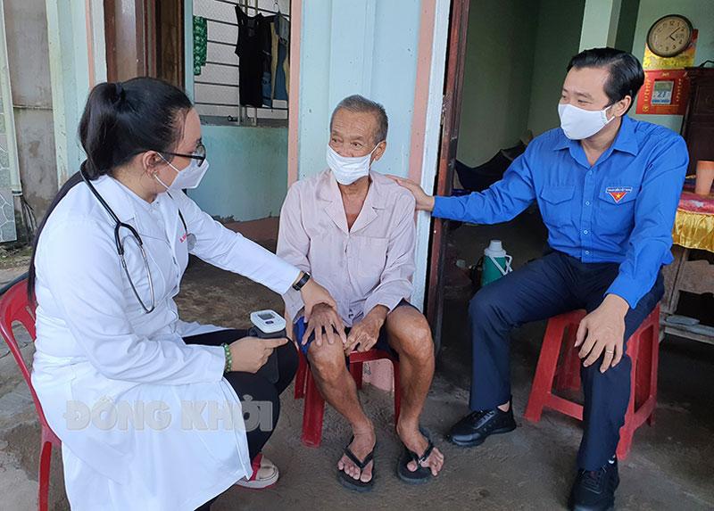 Lực lượng đến thăm hỏi, khám sức khỏe, tặng quà cho ông Huỳnh Văn Lâm, cựu chiến binh Đoàn tàu không số.