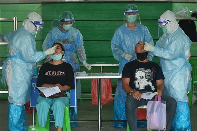 Nhân viên y tế lấy mẫu xét nghiệm COVID-19 cho người dân tại Bangkok, Thái Lan, ngày 15-9-2021. Ảnh: THX/ TTXVN