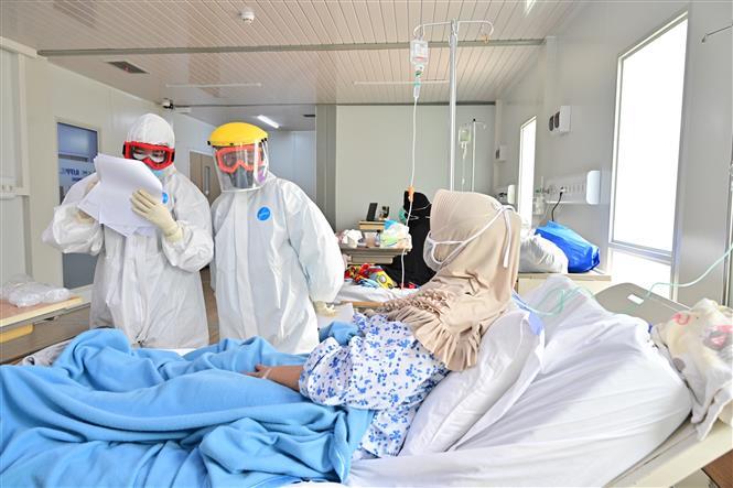 Điều trị cho bệnh nhân nhiễm COVID-19 tại bệnh viện ở Jakarta, Indonesia. Ảnh: AFP/TTXVN