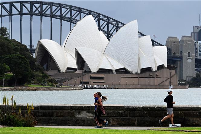 Người dân tập thể dục tại khu vực Cầu Cảng ở thành phố Sydney, Australia ngày 13-9-2021. Ảnh: AFP/TTXVN