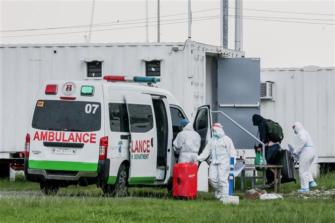 Nhân viên y tế đưa bệnh nhân COVID-19 tới bệnh viện dã chiến tại Manila, Philippines, ngày 1-9-2021. Ảnh: THX/ TTXVN