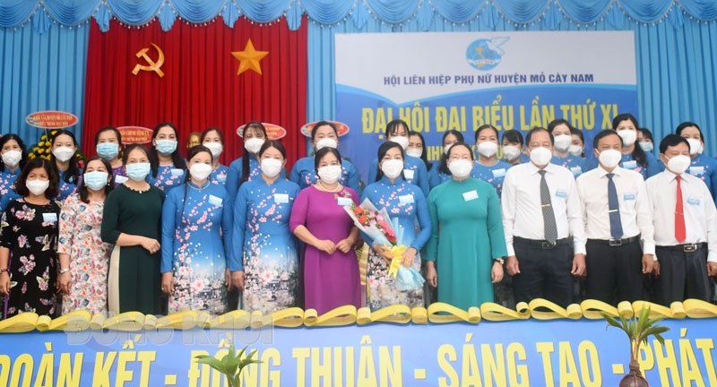 Ban chấp hành mới chụp ảnh với các đại biểu.