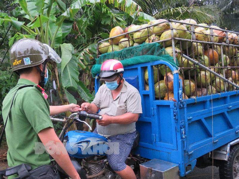 Lực lượng công an kiểm soát xe vận chuyển hàng hóa trên địa bàn xã Ngãi Đăng.