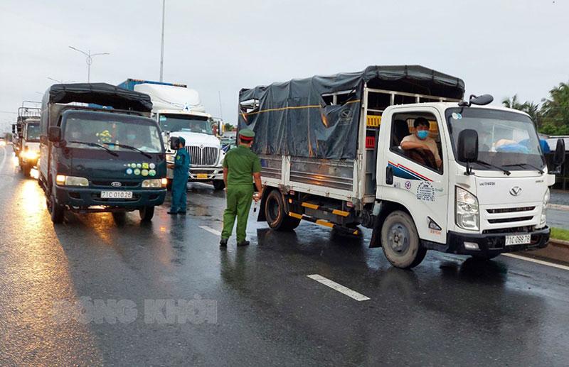 Lực lượng kiểm soát phương tiện vào tỉnh tại cửa ngõ huyện Châu Thành.