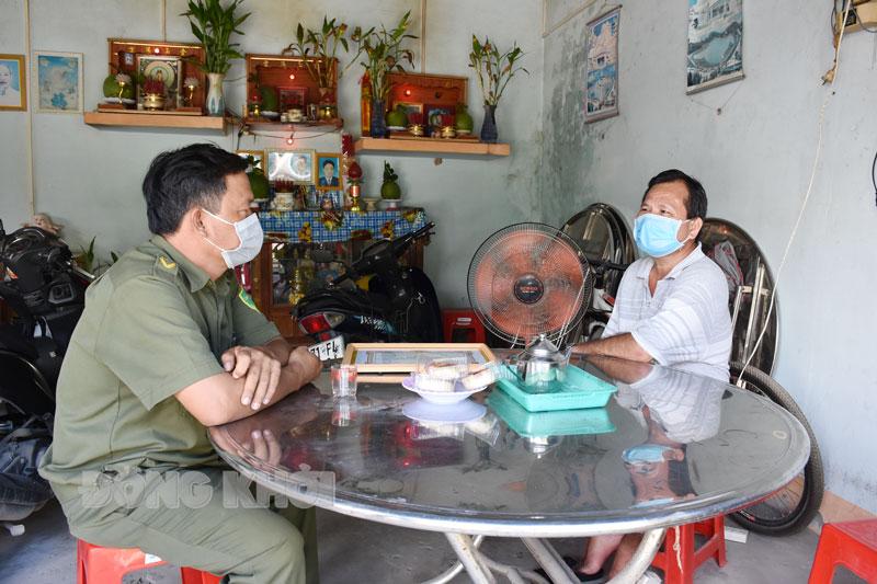 Công an xã Đại Hòa Lộc đến thăm gia đình anh Phạm Hồng Chinh.