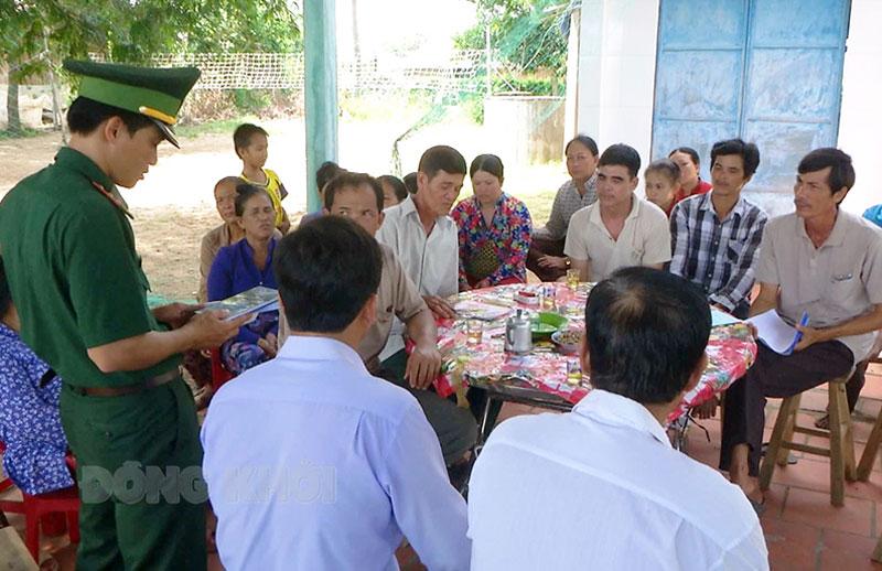 Cán bộ Đồn Biên phòng Cổ Chiên phổ biến pháp luật tại buổi họp tổ nhân dân tự quản trên địa bàn xã Thạnh Phong (Thạnh Phú).