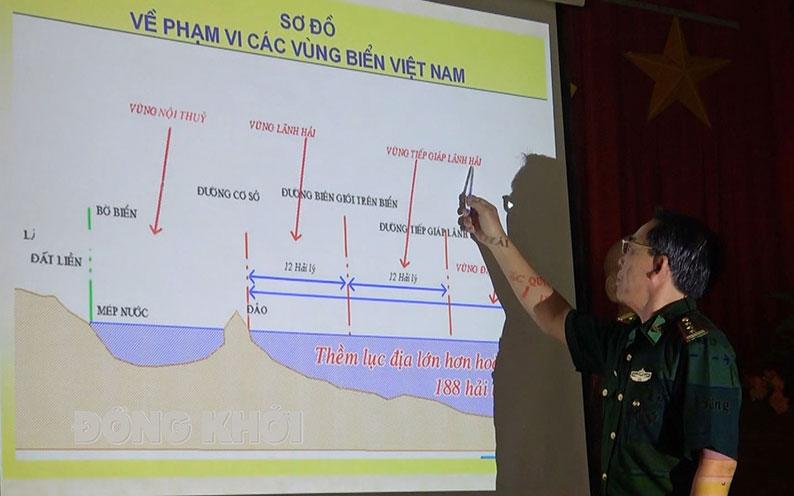Đồng chí Nguyễn Văn Lùng - Phó chính ủy Bộ đội Biên phòng tỉnh tuyên truyền, phổ biến pháp luật cho ngư dân xã An Thủy (Ba Tri).